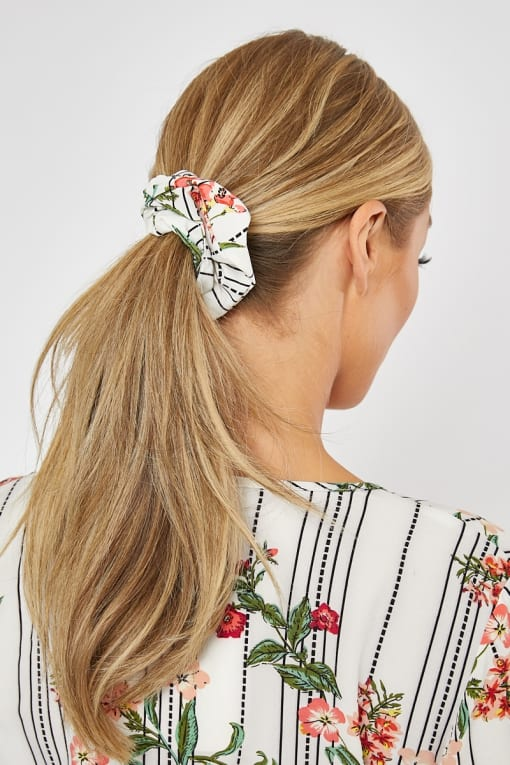 DANI DYER WHITE FLORAL STRIPE SCRUNCHIE