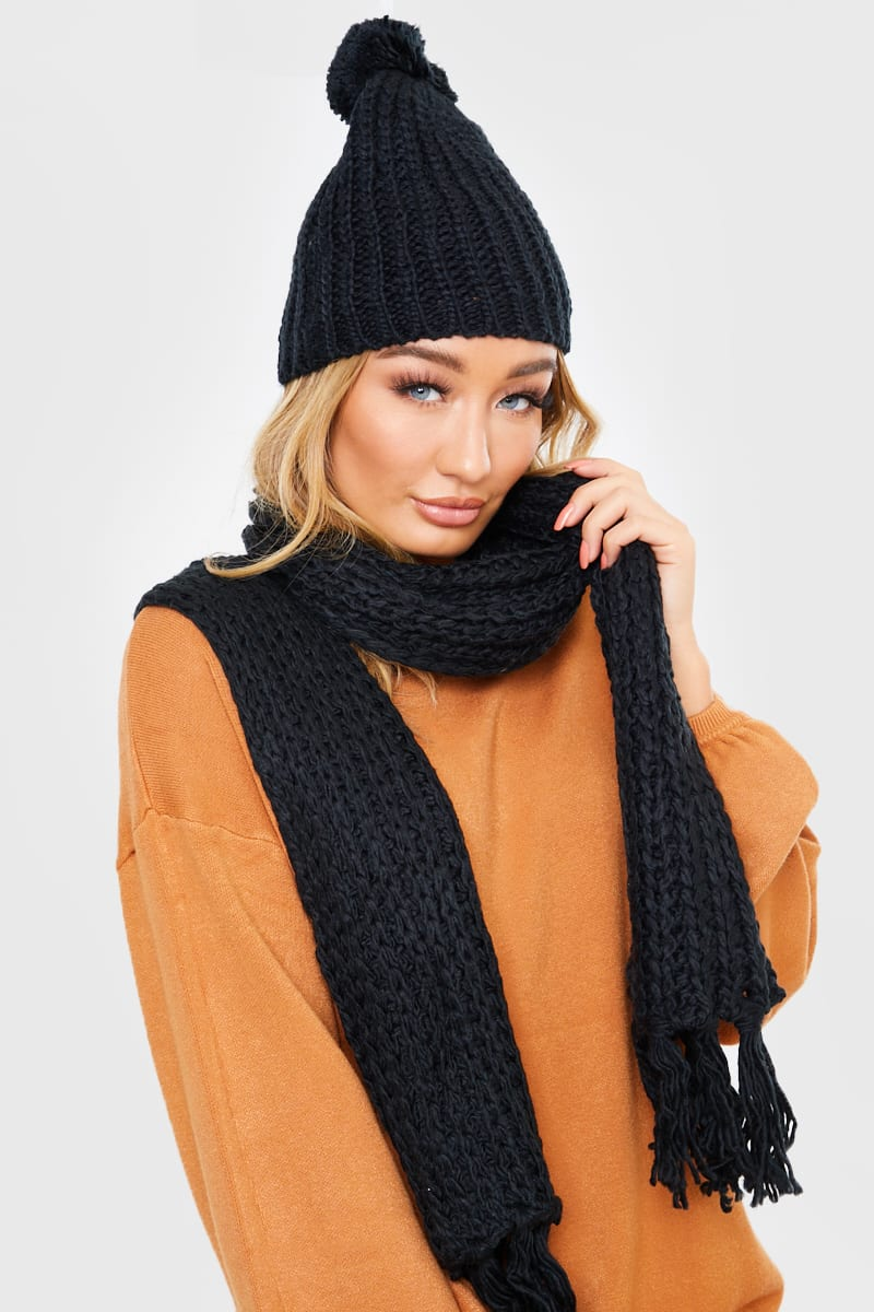 BLACK KNITTED HAT AND SCARF SET