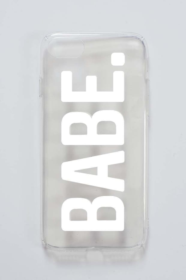 SARAH ASHCROFT CLEAR SLOGAN 'BABE' PHONE CASE